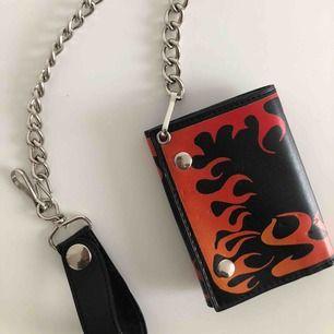 Chain wallet med eld mönster, med smarta fack för kort osv