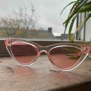 Rosa oanvända solglasögon, frakt 42kr, allt som allt 100kr