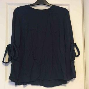 Mörkblå tröja med rosetter vid ärmarna. Frakt tillkommer på 36kr❣️