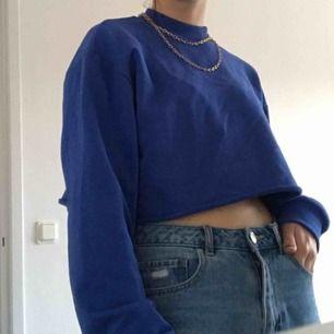 Croppad, jättefin blå tröja med långa ärmar. Använd ca 1 gång så är i väldigt bra skick!! Frakt ingår i priset!!