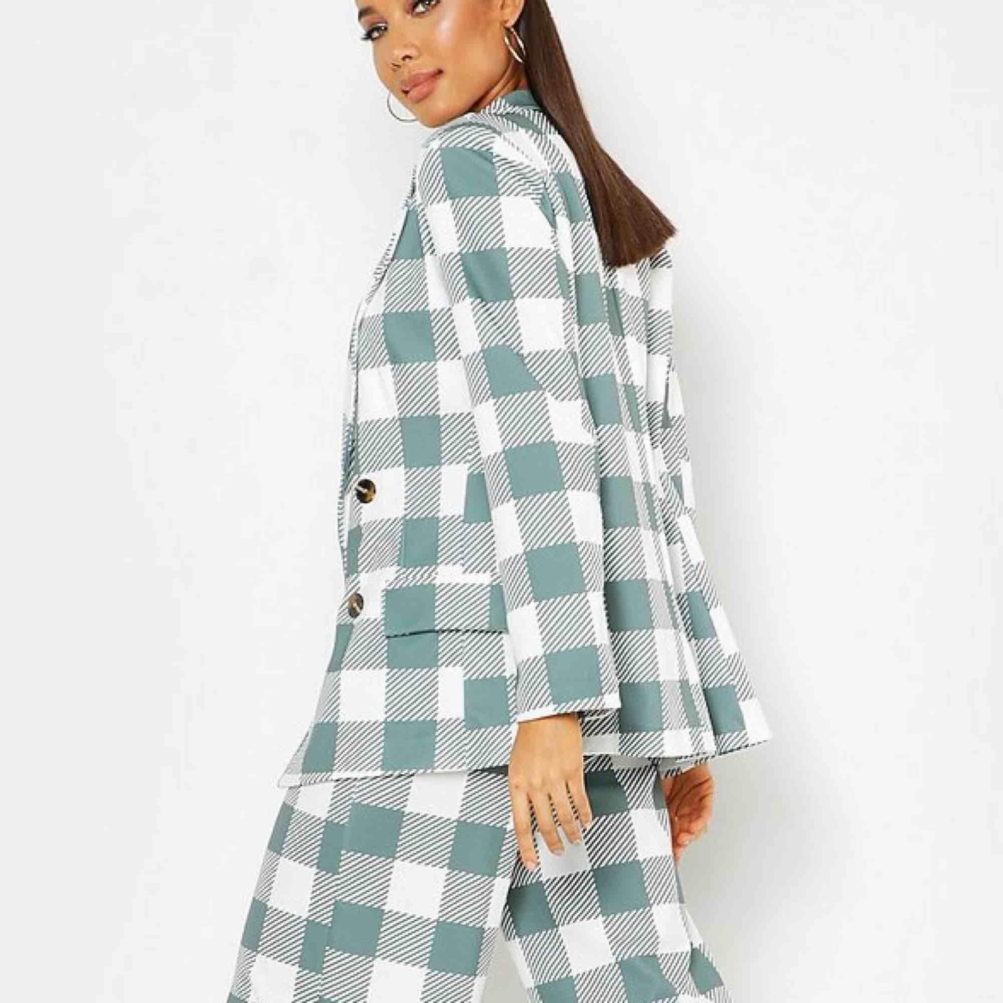 Säljer denna fina blazern från Boohoo. Aldrig använd, köpte den för 390 kr. köparen står för frakt🌷. Kostymer.