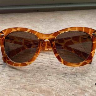 Giraff-mönstrade fyrkantiga cateye solglasögon. Frakt 42, allt som allt 100kr
