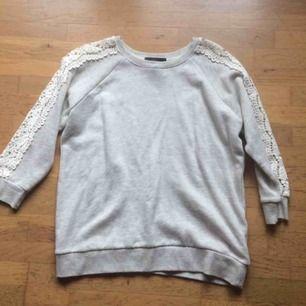 Endast provad grå tröja från Forever21. Storlek M. Den har trekvartsärmar och spets längs armarna. Priset är inkl frakt 🌸