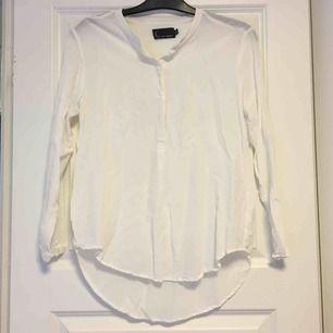 Vit tröja i ett svalt material. Frakt tillkommer på 18kr❣️