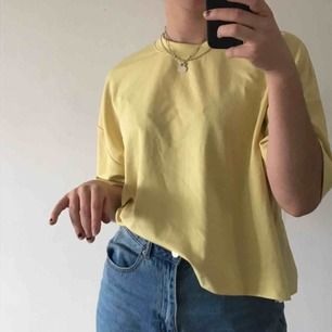 Snygg, enkel, pastellgul t-shirt. Den är i lite tjockare tyg än vanliga t-shirtar och ärmarna är lite längre en vanligtvis. Frakt ingår i priset!!