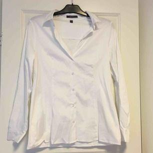 Vit skjorta i väldigt bra skick från Esprit. Frakt tillkommer på 36kr❣️