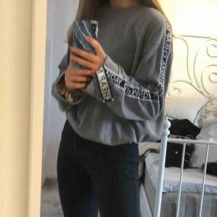 Jättesnygg tröja från cheap monday i S. Aldrig använd!! Längre i modellen med logga på ärmarna som löper ner längre än vad armarna är. Köpt för 550kr!!!