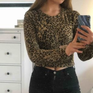 Jättefin leopardtröja från zara i S men passar även XS då den sitter tajt. Köpt för 300kr.