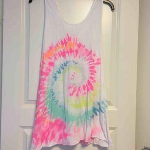 Färgglad linne/klänning. Frakt tillkommer på 36kr❣️