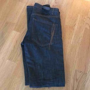 Fifth avenue shoe repair Jeans i svinsnygg färg grå/gröna. Storlek W29 L32. Knappt använda alls.