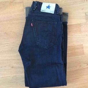 LEVI'S jeans blå. Uppvikta nedtill.