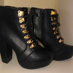 Fina klackskor använda 3 gånger!  Katt finns i hemmet! Kan fraktas men du själv står för frakten 86 kr då det är skor.