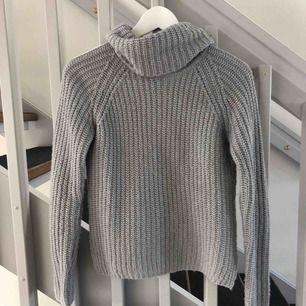 Säljer min gråa stickade tröja, använd 2 gånger så i fint skick🥰 Kan skickas mot fraktkostnad!  Kraam <33