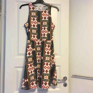 Mönstrad klänning från H&M. Frakt tillkommer på 36kr❣️