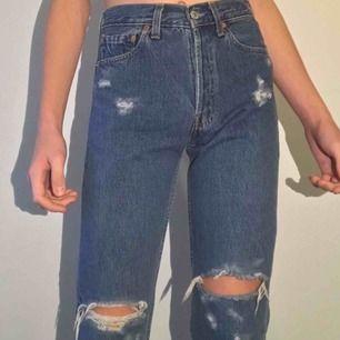 Underbart fina högmidjade vintage Levi's 501 jeans från 90-talet som är avklippta med slitningar! 🔮 De är i PERFEKT skick! Frakt tillkommer 👏🚭