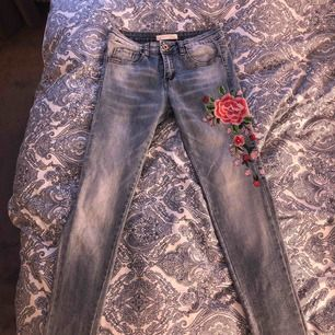 Ett par jätte fina byxor med en handbroderad blomma på vänstra benet. Sitter såååå skönt och är jätte stressiga. Säljer dem för dem inte är min stil längre.