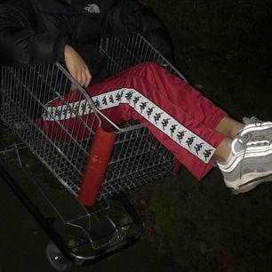 Säljer mina älskade kappa byxor i rött för att jag är i behov av pengar just nu ); SUPERSKÖNA och comfortable så man kan använda dem till nästan vad som helst 💕 Inga defekter, hål eller fläckar 🦋