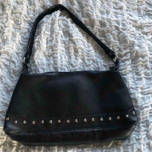 Jättesnygg svart väska som passar till allt!😊💕 finns i Falun men kan skickas