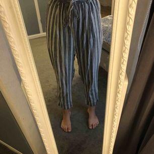 Ett par sparsamt använda byxor från HM. Köpta för inte alls längesedan. Säljer dem för jag nästan aldrig har använt dem (tagit bilder i dem) och dem är för stora!