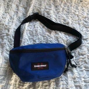 Blå väska från eastpak! Finns i Falun men kan skickas mot frakten😆💕