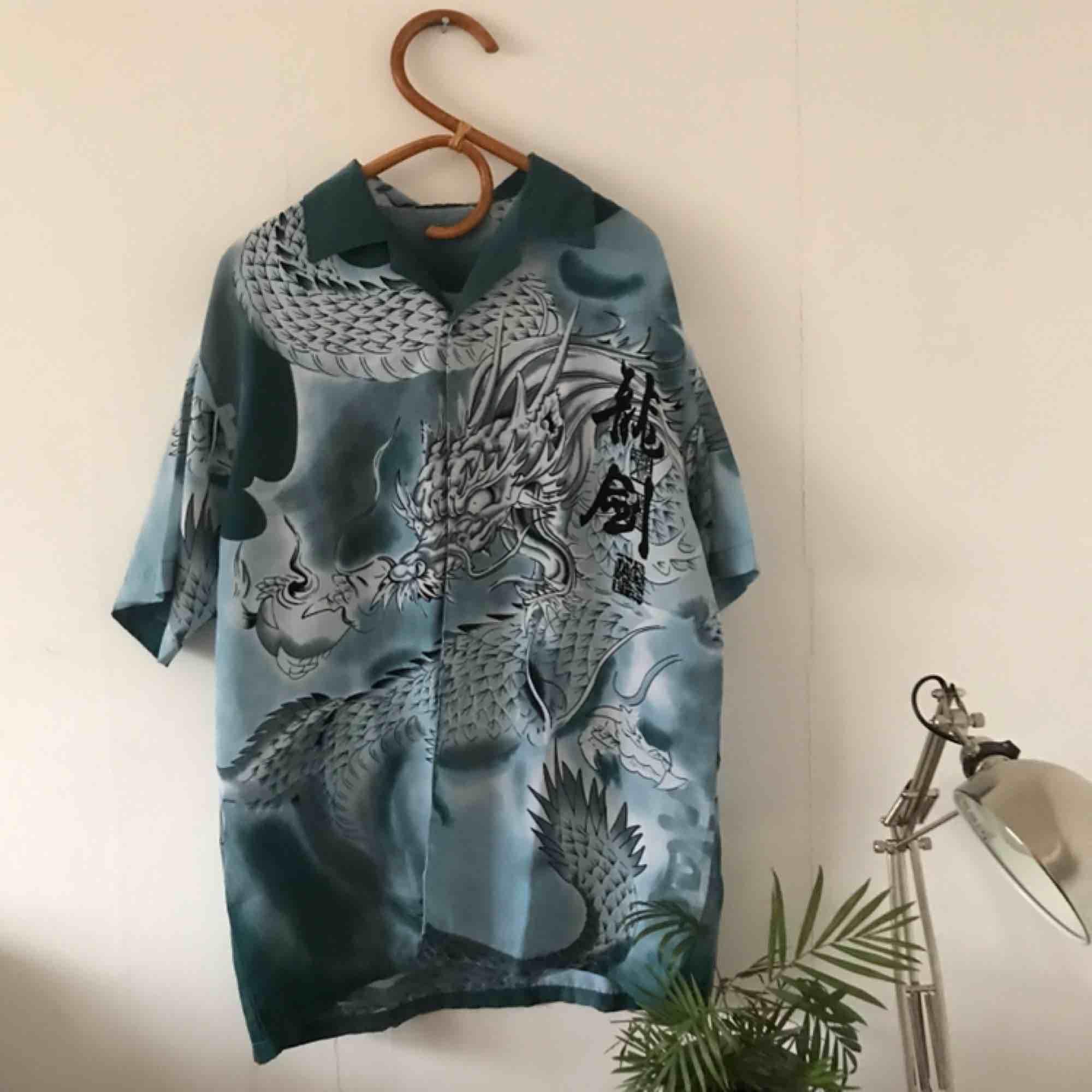🐉 FINASTE drakskjortan!!!🐉 I silkesmaterial, olika nyanser av blå💧🌊 superhärlig!! . Skjortor.