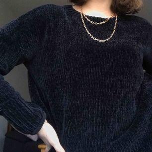 Världens mjukaste tröja!!! Den är skitsnygg men tycker man inte det är den fortfarande värd att köpa som t.ex mjukiströja :) färgen skiftar lite mellan svart och mörkblå. frakt ingår i priset!!