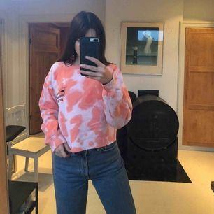 Lite oversize avklippt sweatshirt! Cool design från märket New Girl Order. Sparsamt använd