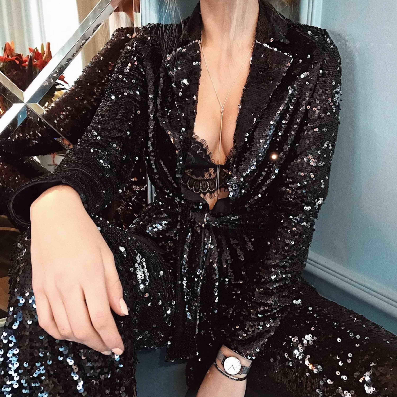Vanessa Moe paljettkavaj från NAKD Säljer även byxor till! Se enskild annons. Köparen står för frakten, kan mötas upp i Stockholm.. Kostymer.
