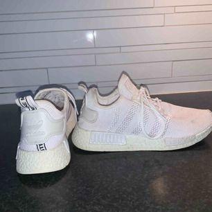 Säljer ett par riktigt fake adidas skor. Storleken är typ 38. Köparen står för frakten