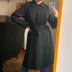 Oanvänd vintage klänning som har superbra kvalitet. Står 40, jag har storlek 36 och den passar mig eftersom den har knytband. Frakt är inräknat i priset