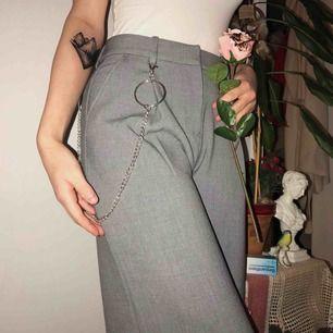 Dessa snygga kostymbyxor ifrån Monki