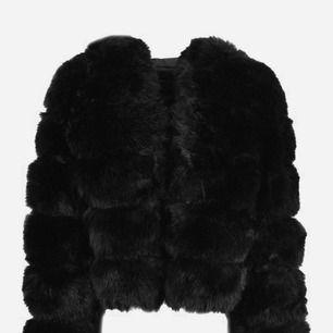 Faux fur jacket från Veraldo med luva i konstgjord päls. Nästan helt oanvänd så i mycket fint skick. Nypris 1100 kr. Frakt tillkommer