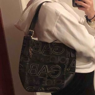Dolce Gabbana, den är äkta från 2003 modell, samt har den små små detaljer som endast dolce gabbanas väskor har!!