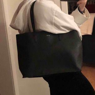 Snygg vanlig handväska som har mycket plats!!
