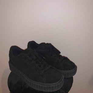 Ett par svarta skor från märket K.Cobler i storlek 39. I väldigt bra skick pga knappt använda. Kan mötas upp i Falun eller skickas mot frakt. 🥰🥰
