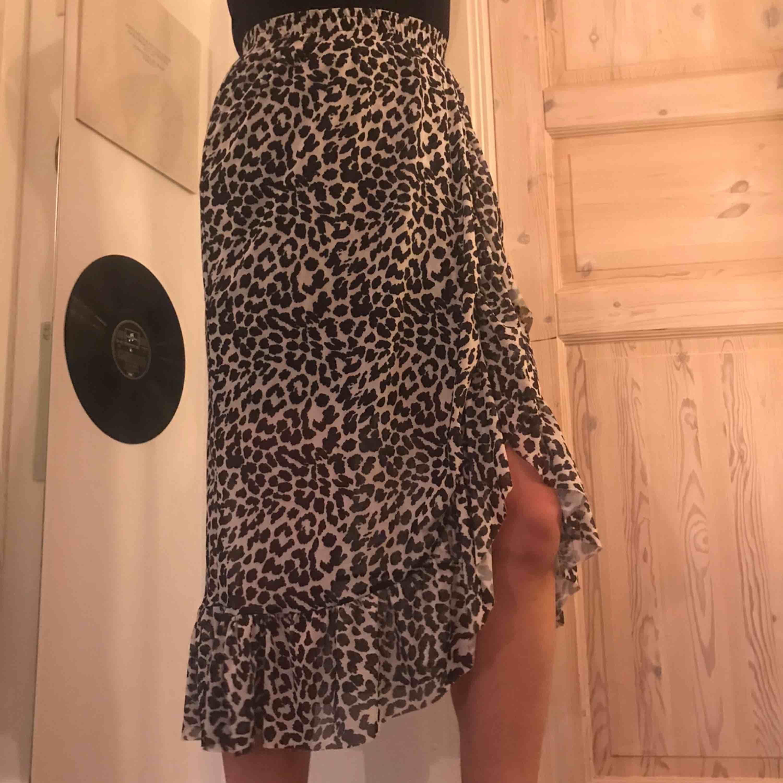 Superfin kjol från Åhlens endast använd en gång, så i toppenskick! Frakt tillkommer på 30kr 🐆. Kjolar.