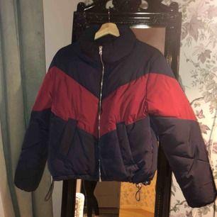 Säljer vinterjacka från HM! Använd en vinter, inga fläckar hål eller liknande så i bra skick! Köparen står för frakt och priset går att diskutera! Fler bilder finns