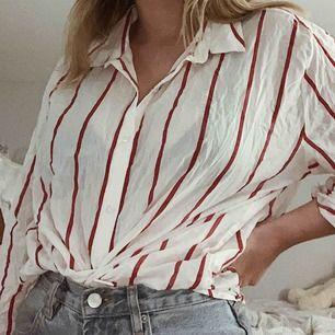 Säljer denna snygga skjortan, inte använd tyvärr och därför säljer jag den! Frakten ligger på cirka 40kr, passar storlekarna XS-M beroende på hur man vill att den sitter 🦋