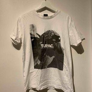 As cool tupac T-shirt som aldrig är använd. Köpare står för frakt.