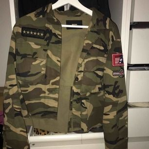 Lite kortare militärjacka från Bikbok med coola patches. Storlek: S