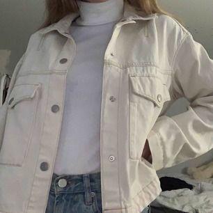 Säljer denna fina ljusbeigea jeansjackan! Köpt i S men passar även XS-M då den är väldigt loose. Köptes för 550kr på Weekday men säljer den för 200kr + frakt som ligger på cirka 79kr ☺️