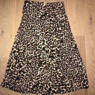 Leopard mönstrad kjol från Zara i midi lägnd. Knappt använd! Storlek : S