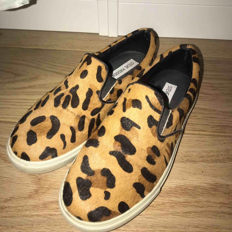 Steve madden slip ons i leopard mönster, endast använda ett fåtal gånger och är därför i nästan nyskick. Äkta skinn. Livar upp tråkiga outfits!! Storlek : 37.5. Skor.