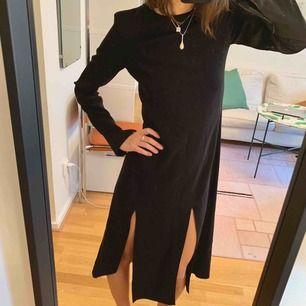 Svart klänning från & Other Stories med lång ärm och 2 slits. Säljer pga använder inte längre men super omtyckt innan dess! Passar som en 34/36 Går bra att hämta på Södermalm annars kostar frakt 60 kr.
