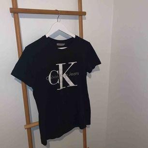 En trendig Calvin Klein T-shirt. 💖💖 Knappt använd. Kan mötas upp i Falun eller skickas mot frakt. 🌟🥰🤩