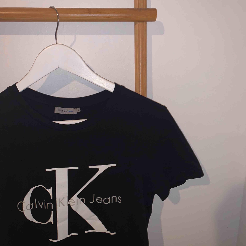 En trendig Calvin Klein T-shirt. 💖💖 Knappt använd. Kan mötas upp i Falun eller skickas mot frakt. 🌟🥰🤩. T-shirts.