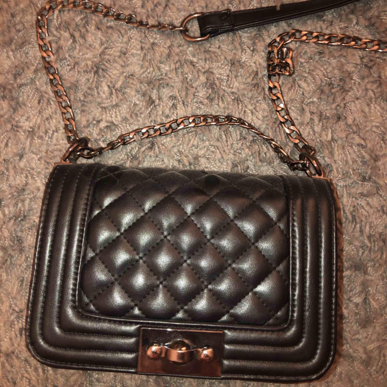 en superfin svart väska från Gina, är bara använd några fåtal gånger o i bra skick!! Kan mötas upp i Sthlm . Väskor.