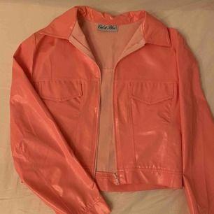 Vintage rosa barbie jacka i vinyl material❣️ Står ingen storlek men passar S/M