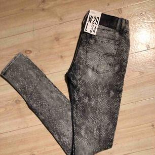 Säljer ett par helt nya gråa tiger of sweden jeans i storlek W29/L34. Kan mötas upp eller frakta.