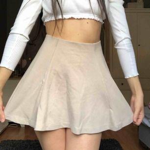 beige kjol som ät lätt att styla! säljer även toppen på bilden. fraktar inte, möts i stockholm🌟